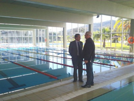 El diputado provincial Juan José Marmolejo, con el alcalde, Manuel Toro, en la piscina municipal.