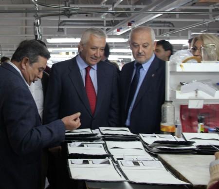 El presidente del PP andaluz, Javier Arenas, con el alcalde de Ubrique, Manuel Toro, en una fábrica de marroquinería.