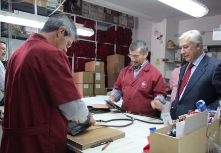 Javier Arenas, en una fábrica de artículos de piel de Ubrique.