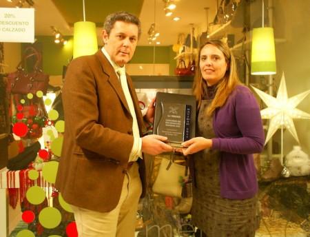 Andrés Morales entrega el primer premio a 'Maribel AG, piel y arte'.