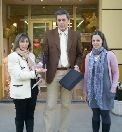 Andrés Morales entrega el segundo premio a 'Muebles Olivares'.