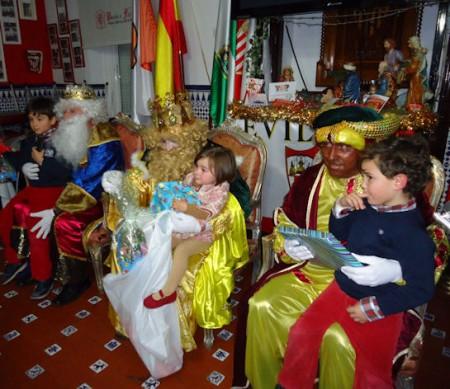 Entrega de regalos de Reyes Magos en la Peña Sevillista de Ubrique.