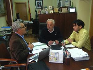 El alcalde, Manuel Toro, y el concejal Víctor Chaves, con el delegado provincial de Turismo (foto: www.ayuntamientoubrique.es)..