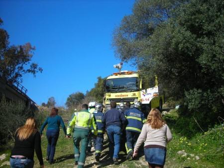 Los bomberos del parque de Ubrique, durnate el rscate del conductor accidentado.