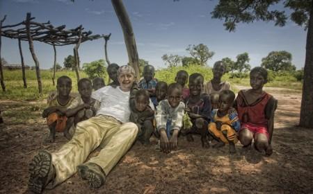 Manuel Vilches, con niños de Malí.