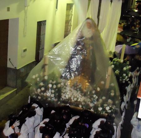 El paso de Nuestra Señora de los Dolores, de regreso precipitado por la calle Botica hacia la parroquia.