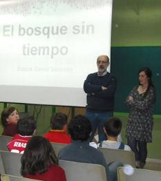 L escritora, junto al director del centro, ante los alumnos (Foto: www.ayuntamientoubrique.es).