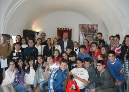 Participantes en la visita a la exposición (Foto: www.ayuntamientoubrique.es).