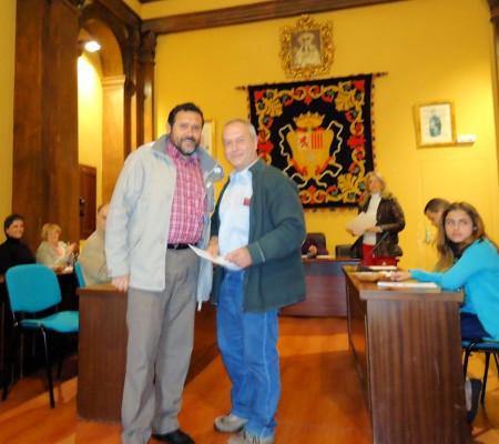 Juan Manuel Román entrega el segundo premio a José Pino.