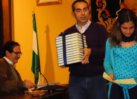 Antonio Mateos entrega un lote de libros a María López.