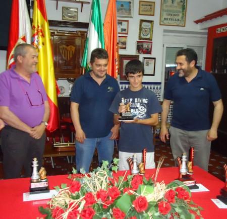 Alberto Mateo, con el trofeo de primer clasificado juvenil.