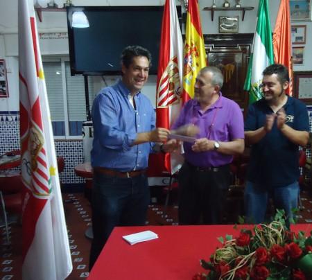 Manuel Castro recibe el premio al cuarto clasificado.