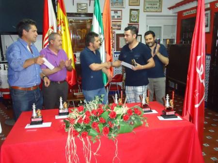 Ismael Jaén recibe el trofeo de primer clasificado novel.