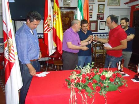 Francisco Lobato recibe de José Navas el trofeo de tercer clasificado.
