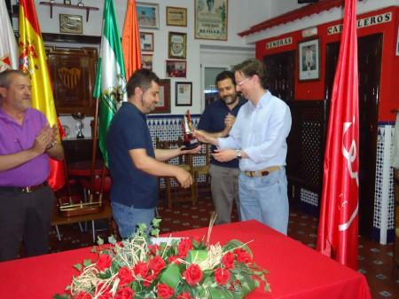Francisco Pérez León entrega el trofeo de ganador a Antonio Medina, en presencia de José Navas y Jauan Manuel Román.