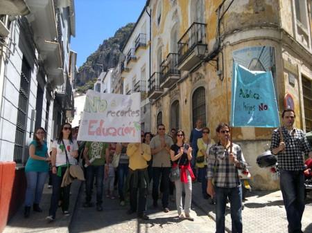 La manifestación de profesores, por la calle del Agua.