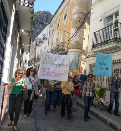 Manifestantes llegando a la Pilita Abajo desde la calle del Agua.
