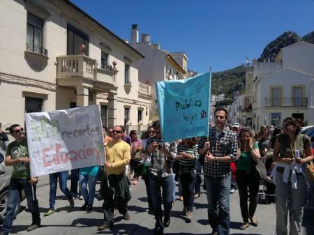 Los manifestantes, al comienzo de la calle Ingeniero Juan Romero Carrasco desde la calle San Sebastián