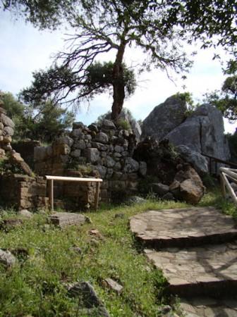 Muralla ciclópea, con la parte desprendida (Foto: Jesús Román Román).