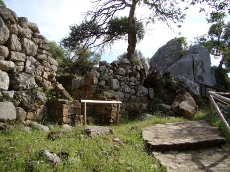 Desprendimiento de una parte de la muralla ciclópea de Ocuri (Foto: Jesús Román Román).