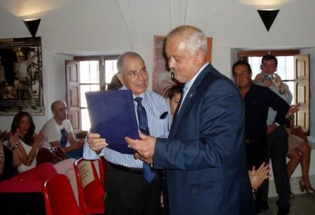 Manuel Ortiz recibe la distinción de manos del alcalde, Manuel Toro.