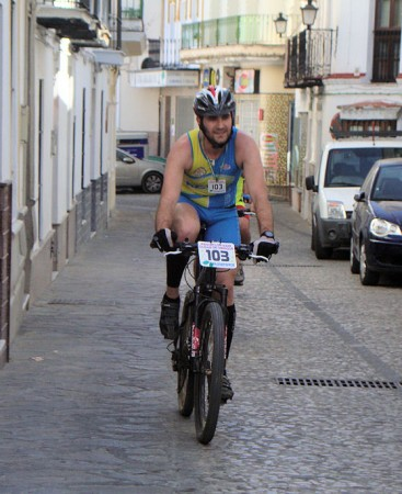 Uno de los participantes, por la calle Botica.