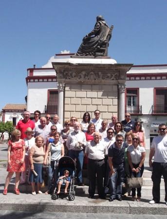 La expedición ubriqueña ante el monumento a Nebrija.