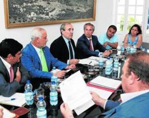 Participantes en la reunión (Foto: www.ayuntamientoubrique.es).