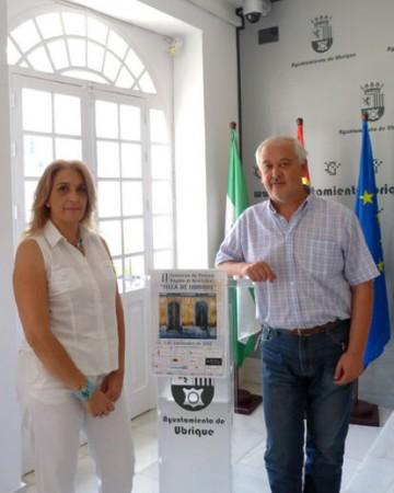 El alcalde, Manuel Toro, y la concejal de Cultura, Josefina Herrera, con el cartel anunciador del concurso.