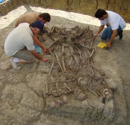 Proceso de limpieza de los cuerpos aparecidos en la fosa número 3 del Marrufo.