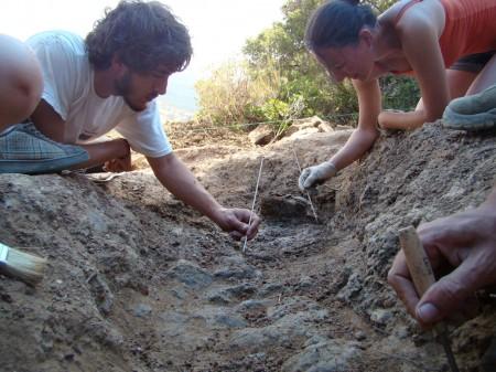 Trabajos de localización de los restos óseos de la fosa número 5 del Marrufo.