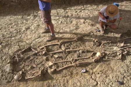 Restos de las víctimas halladas en una de las fosas del Marrufo (Foto JUANDE)