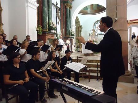 Juan Antonio Aibar Rubira dirige la coral.