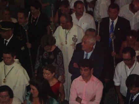 El párroco, Ildefonso González, y el alcalde, Manuel Toro, en la procesión del 8 de septiembre.