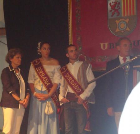 La concejal delegada de Fiestas, Pepi Gloria Pérez, los serranos de la Feria y el pregonero, Rafael Vega.