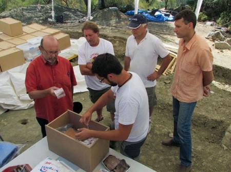 Ignacio García, con los coordinadores del proyecto de exhumación del Marrufo.