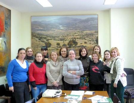 Participantes en el curso, con la concejal delegada, Remedios González (Foto: www.ayuntamientoubrique.es).