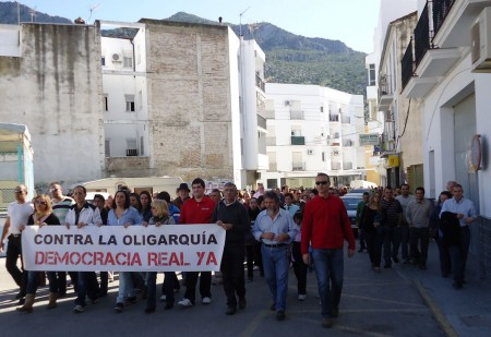 """La protesta, con la pancarta """"Contra la oligarquía. Democracia real ya""""."""