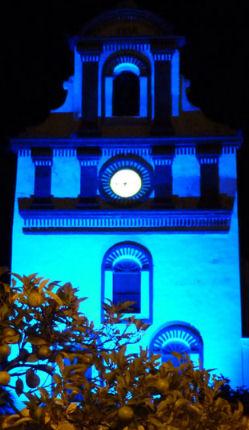 Fachada posterior de la ermita de San Antonio, iluminada de azul con motivo del día mundial de la diabetes.
