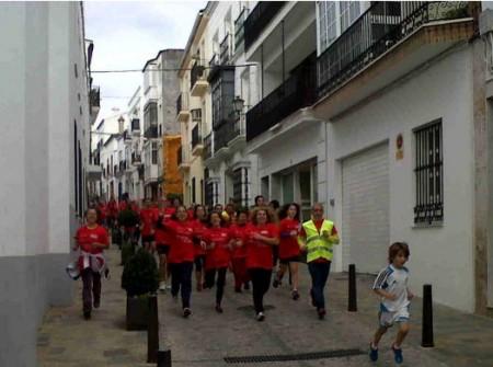 Participantes en la carrera, por la calle Real (Foto: www.ayuntamientoubrique.es).