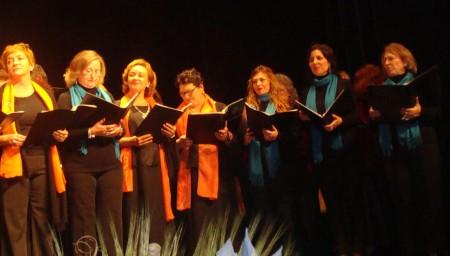 Componentes de las tres corales, en la interpretación del repertorio conjunto.