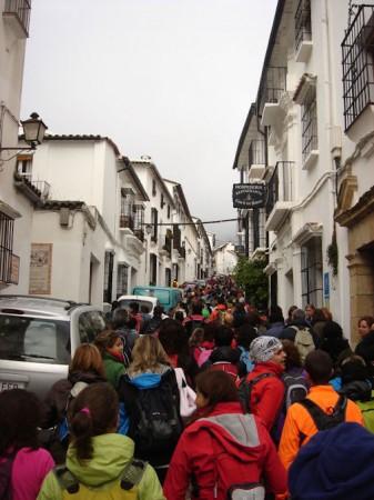 Los participantes en la marcha, en su recorrido por Grazalema.