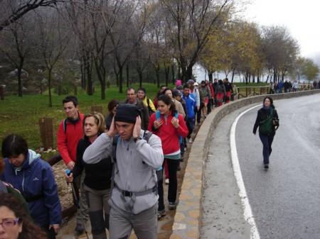 Senderistas en un tramo junto a la carretera.