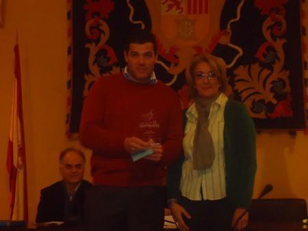 David Sierra recibió el segundo premio de manos de la concejal de Cultura, Josefina Herrera.