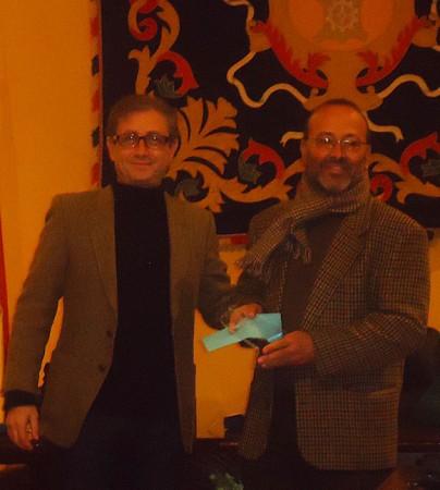 Ramón Pérez entrega el primer premio a Juan de Molina.