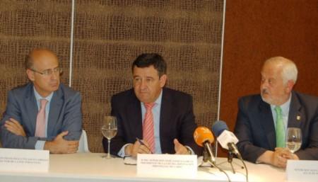 El director de la Escuela de Organización Industrial de Andalucía, Francisco J. Velasco Cabello, el presidente de la Diputación, José Loaiza, y el alcalde de Ubrique, Manuel Toro.