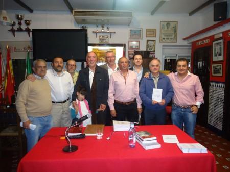 Juan Castro, con un grupo de directivos de la Peña Sevillista de Ubrique, al término de la conferencia.