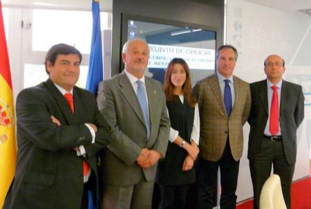 El alcalde, el presidente y el secretario de Empiel, con los representates gallegos.