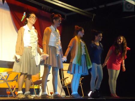 Las actrices reciben el apluso del auditorio.