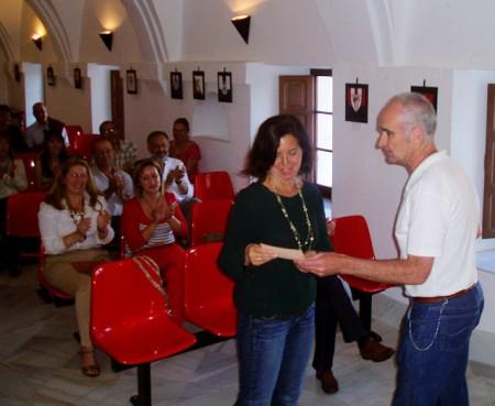 Entrega del premio a Angeles Mª Domínguez.